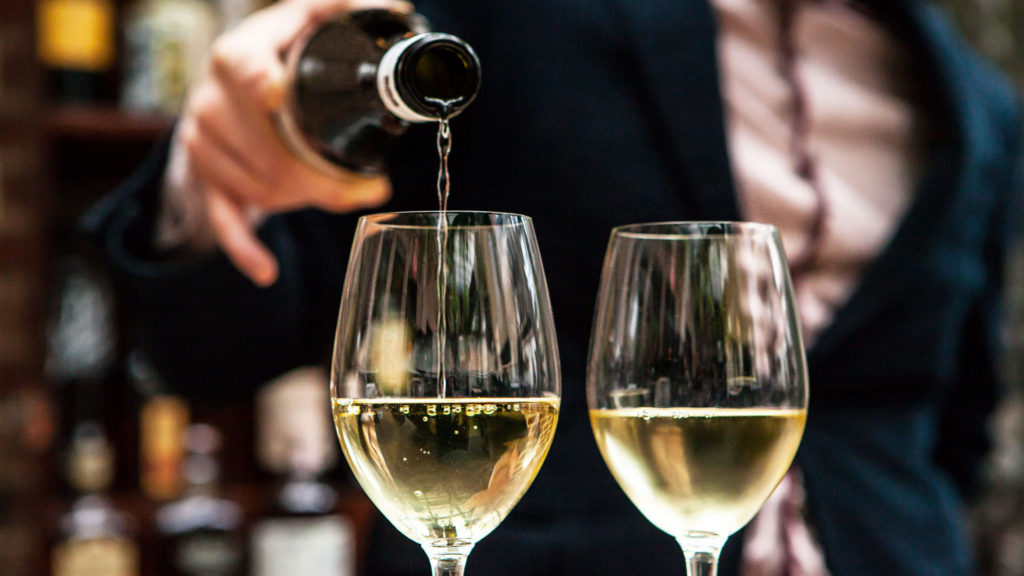 Bewezen: Drink twee glazen wijn in de avond en verlies gewicht!