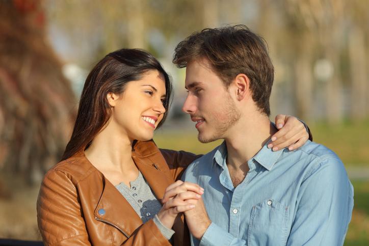 Bewezen: Mannen vallen vaker op ogen en op intelligentie dan op borsten en billen