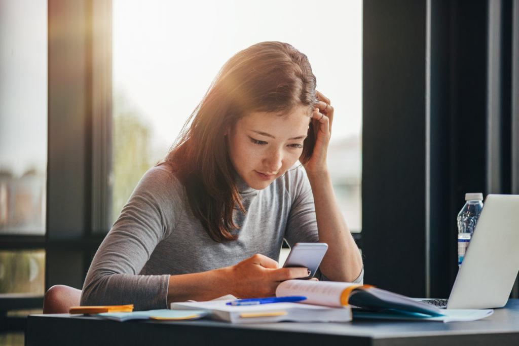 Bewezen: studenten die vaker bezig zijn met smartphone, halen lagere resultaten