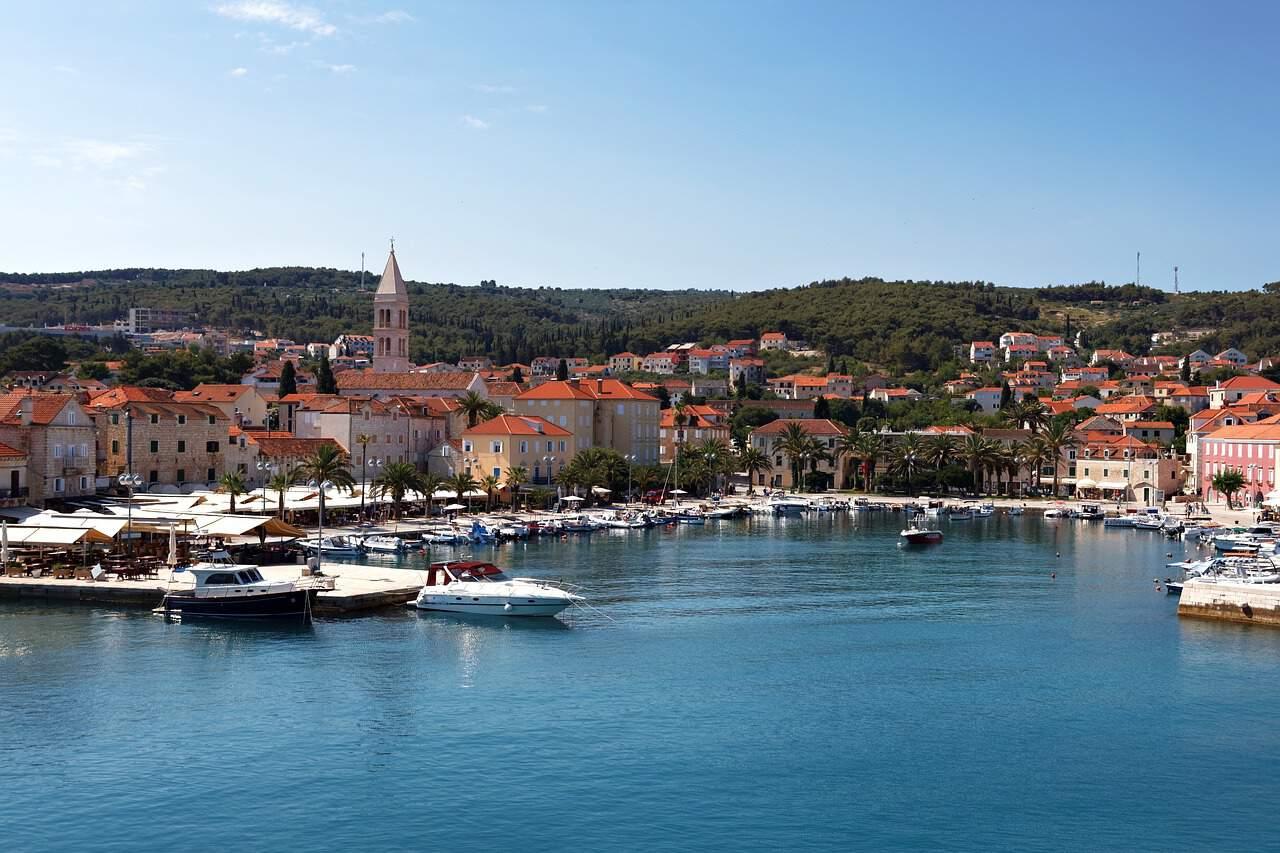 Een beeld van een baai in de Kroatische stad Hvar.