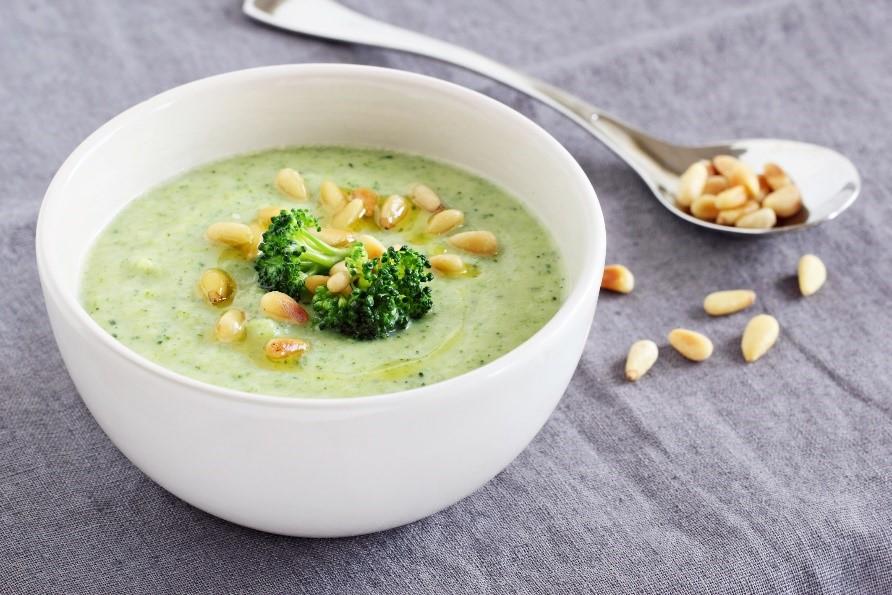 Broccolisoep met pijnboompitten en volkoren toast