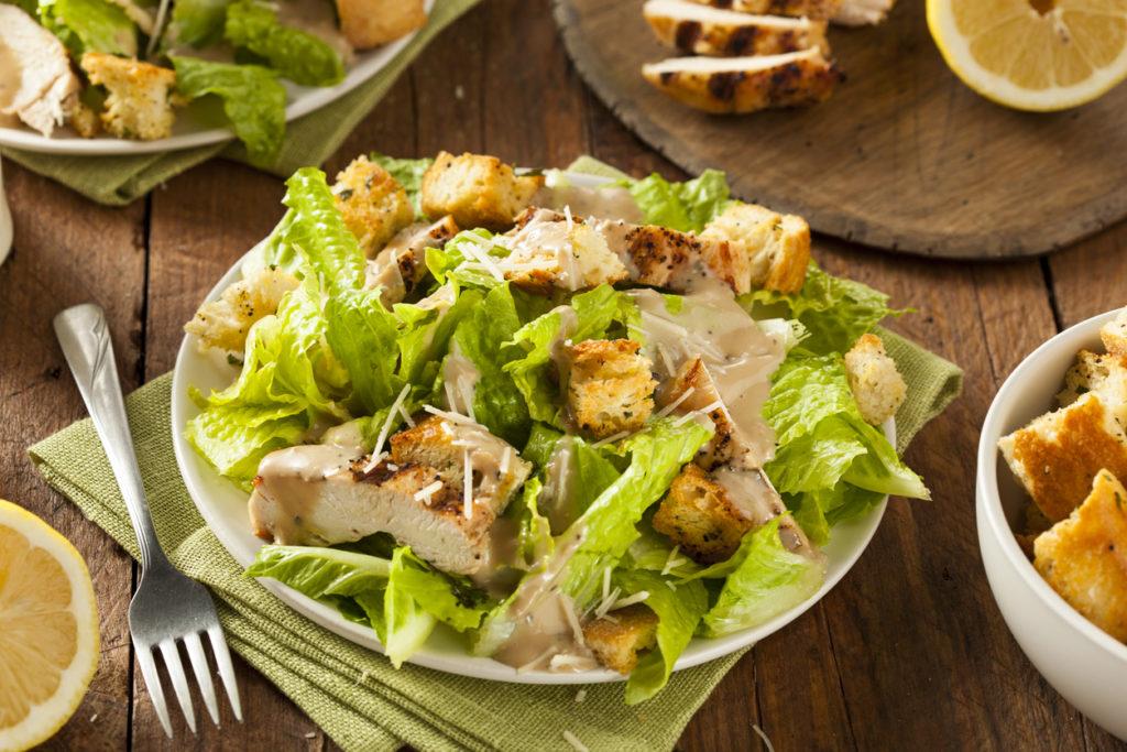 Caesar salade met gebraden kipfilet