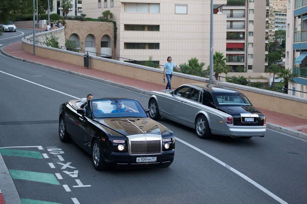 Deux voitures coûteuses se croisent sur une voie à Monaco.