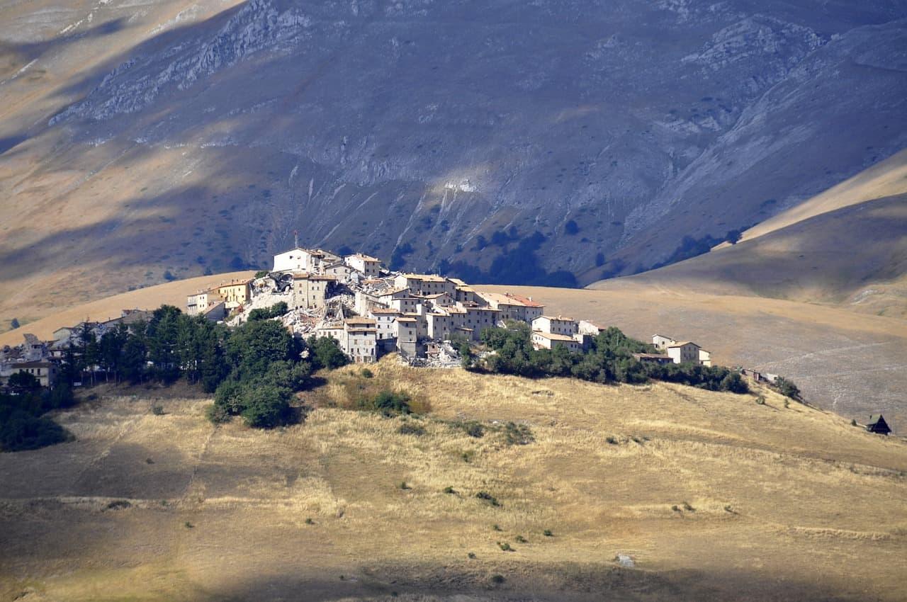 Een klein dorpje in een grasveld tussen de heuvels: het Italiaanse Castelluccio.