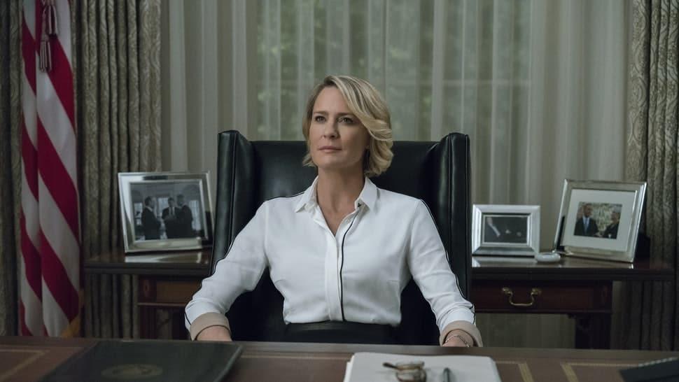 Claire Underwood in zit aan haar bureau als president. Mooie mensen hebben vaker succes.