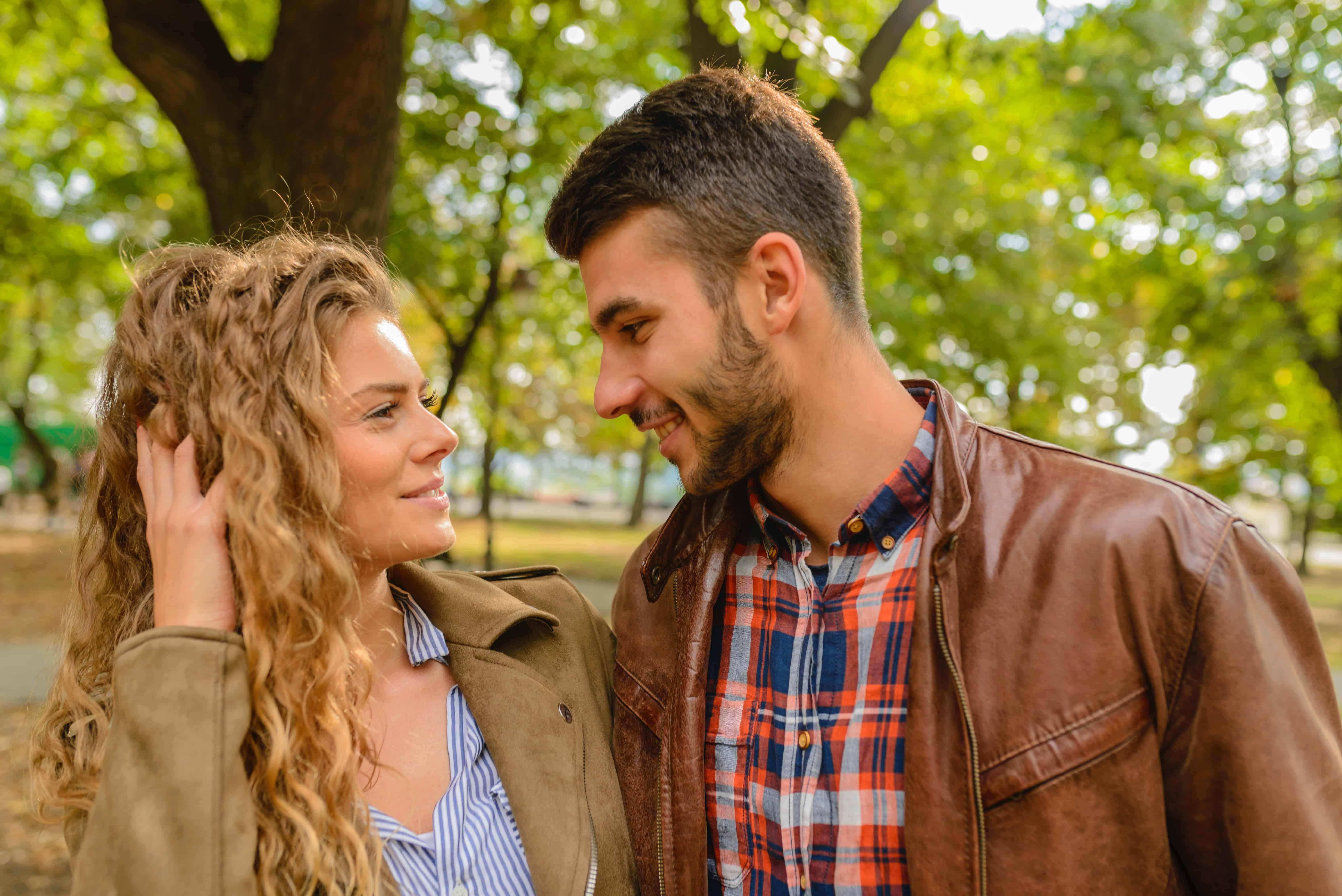 Un homme flirte avec une femme.