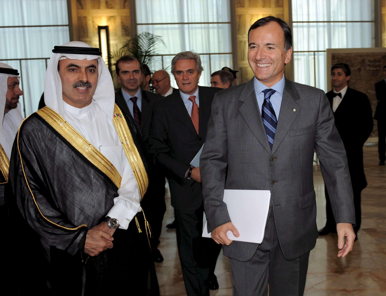 Le milliardaire Abdul Aziz Al Ghurair se tient à côté d