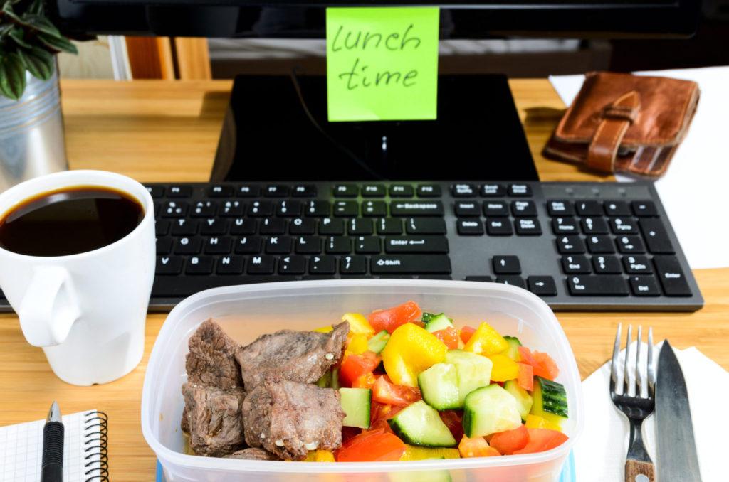 'Desktop dining' of eten aan je bureau en de nadelen