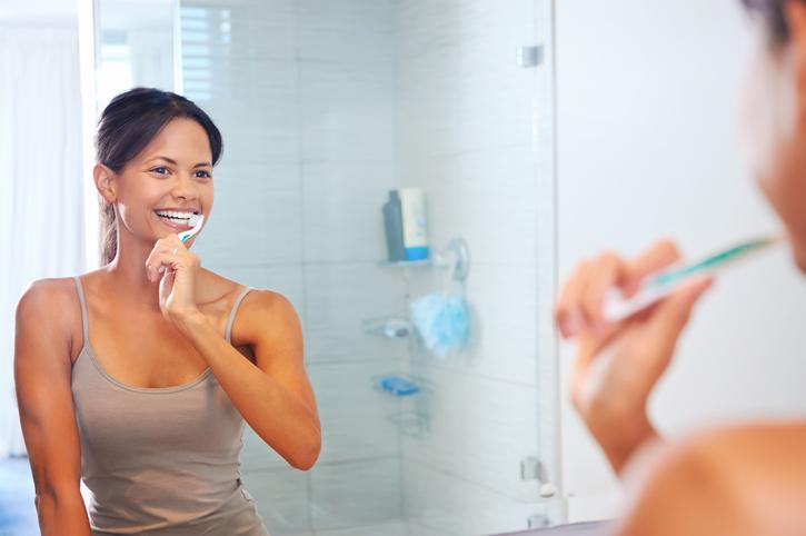Deze 9 fouten maak jij als je je tanden poetst