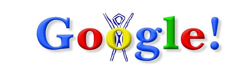 De eerste Doodle van Google toont de naam in gekleurde letters met een mannetje, het symbool voor het Burning Man-festival, dat met de armen omhoog ter hoogte van de letter 'O' staat.