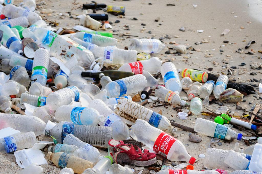 Europa gaat de strijd aan met plastic: verbod op wattenstaafjes, rietjes en plastic bestek