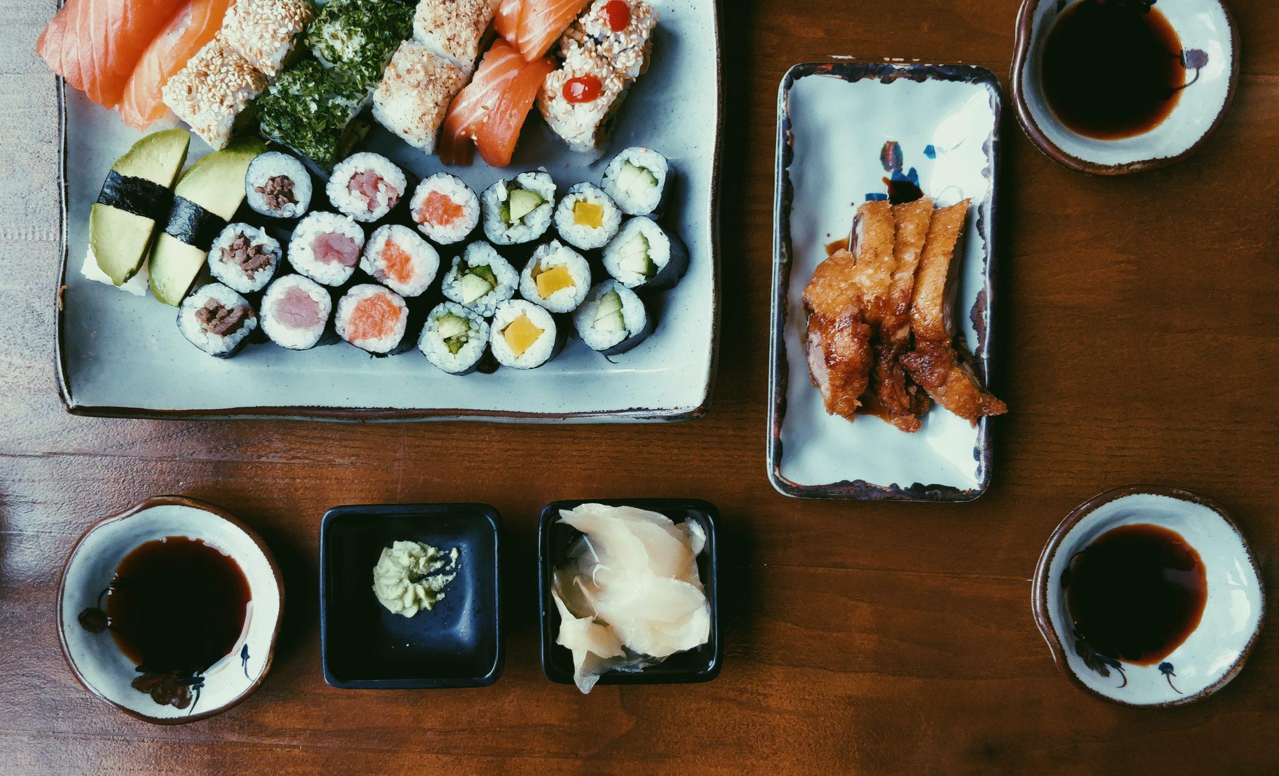 Un plateau de sushis à l'algue nori
