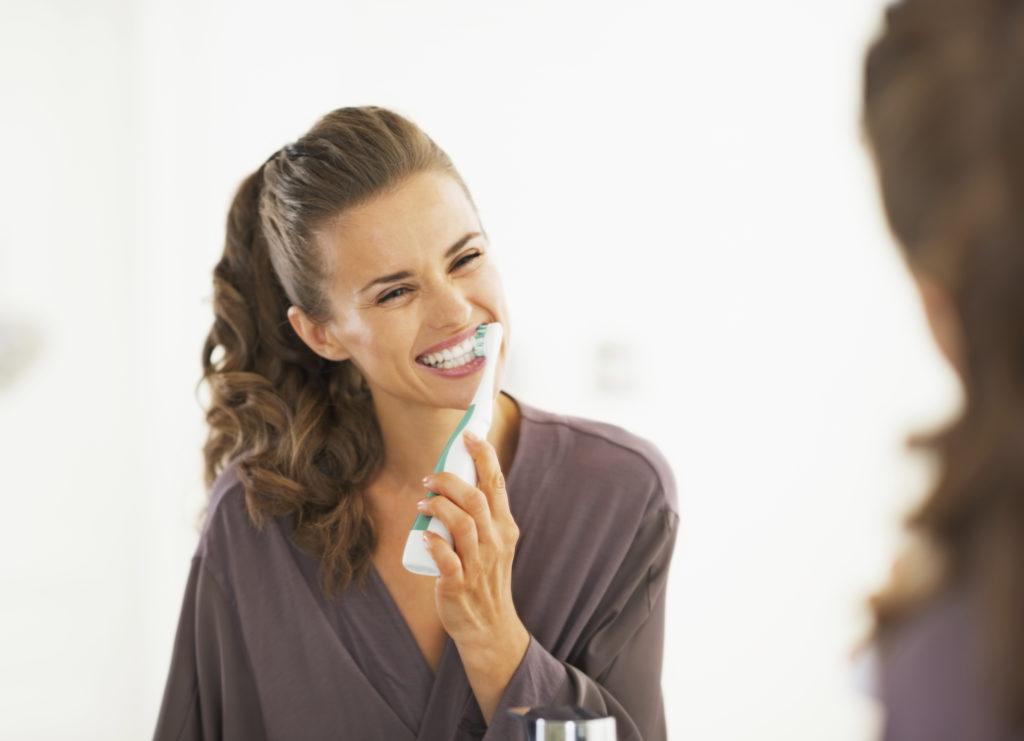 Flos je het best je tanden voor of na het poetsen?