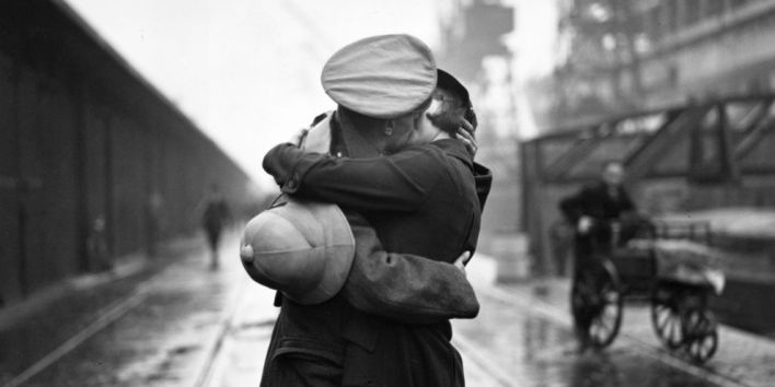 couple-soldier-kissing-vintage