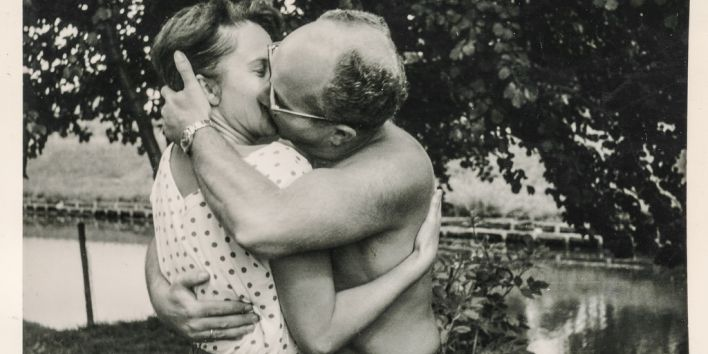 couple kissing vintage