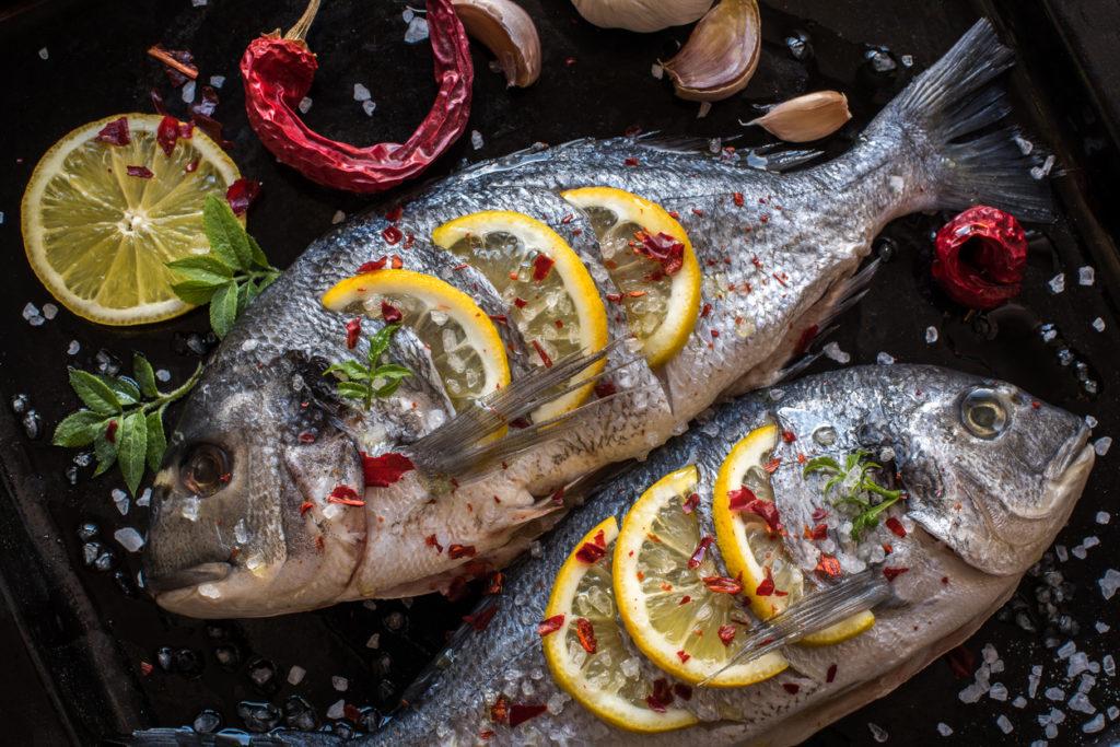 Gegrilde vis met groene pestoboter