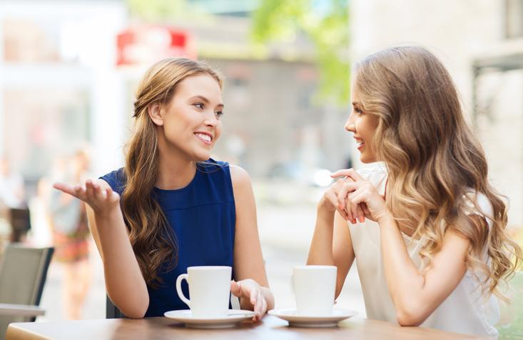 Gelukkige mensen praten zinvoller en praten meer
