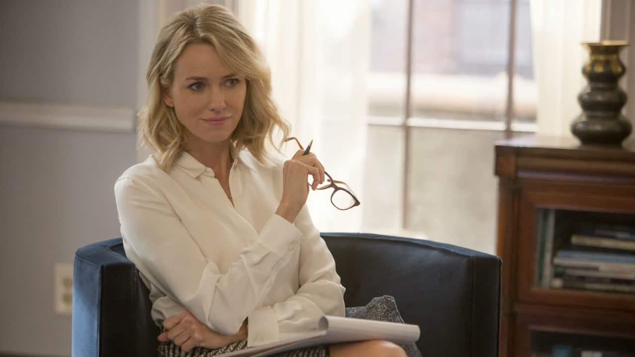 Naomi Watts luistert als seksuologe met haar bril in de hand in de Netflix-reeks Gipsy. We vertellen sneller een geheim aan mooie mensen.
