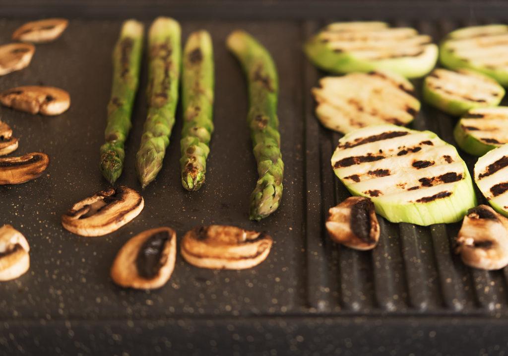 Groene asperges op de barbecue