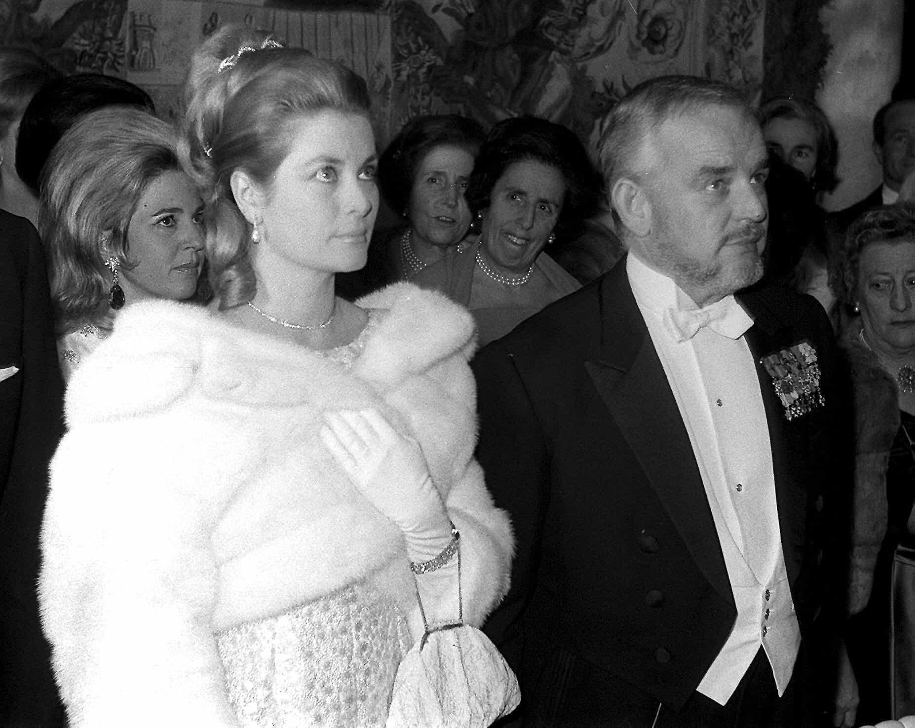 La princesse Grace et le prince Rainier III de Monaco se tiennent côte à côte pendant leur mariage.