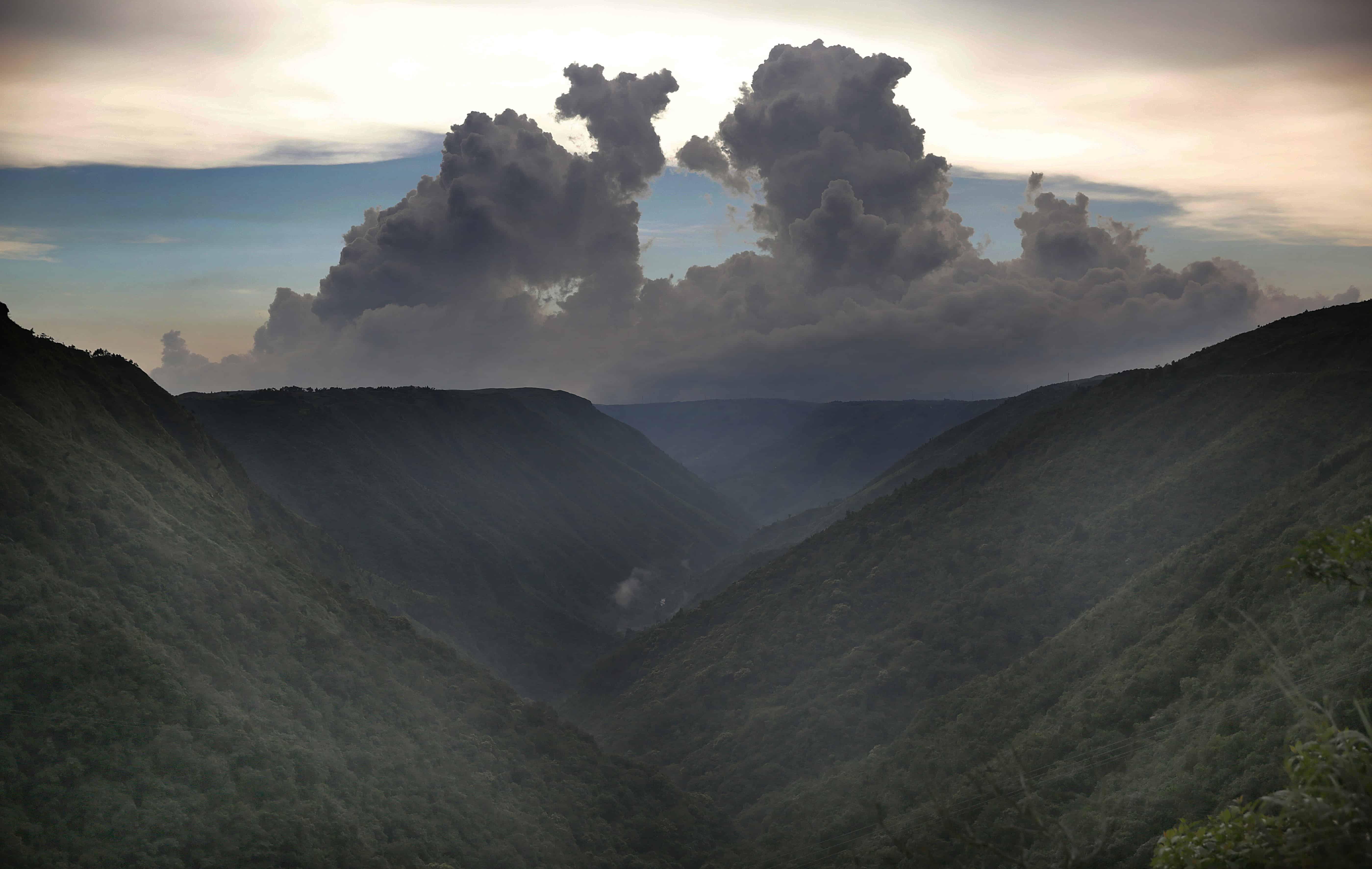 Wolken pakken samen boven de bergen nabij Cherrapunji in India, de natste plaats ter wereld.