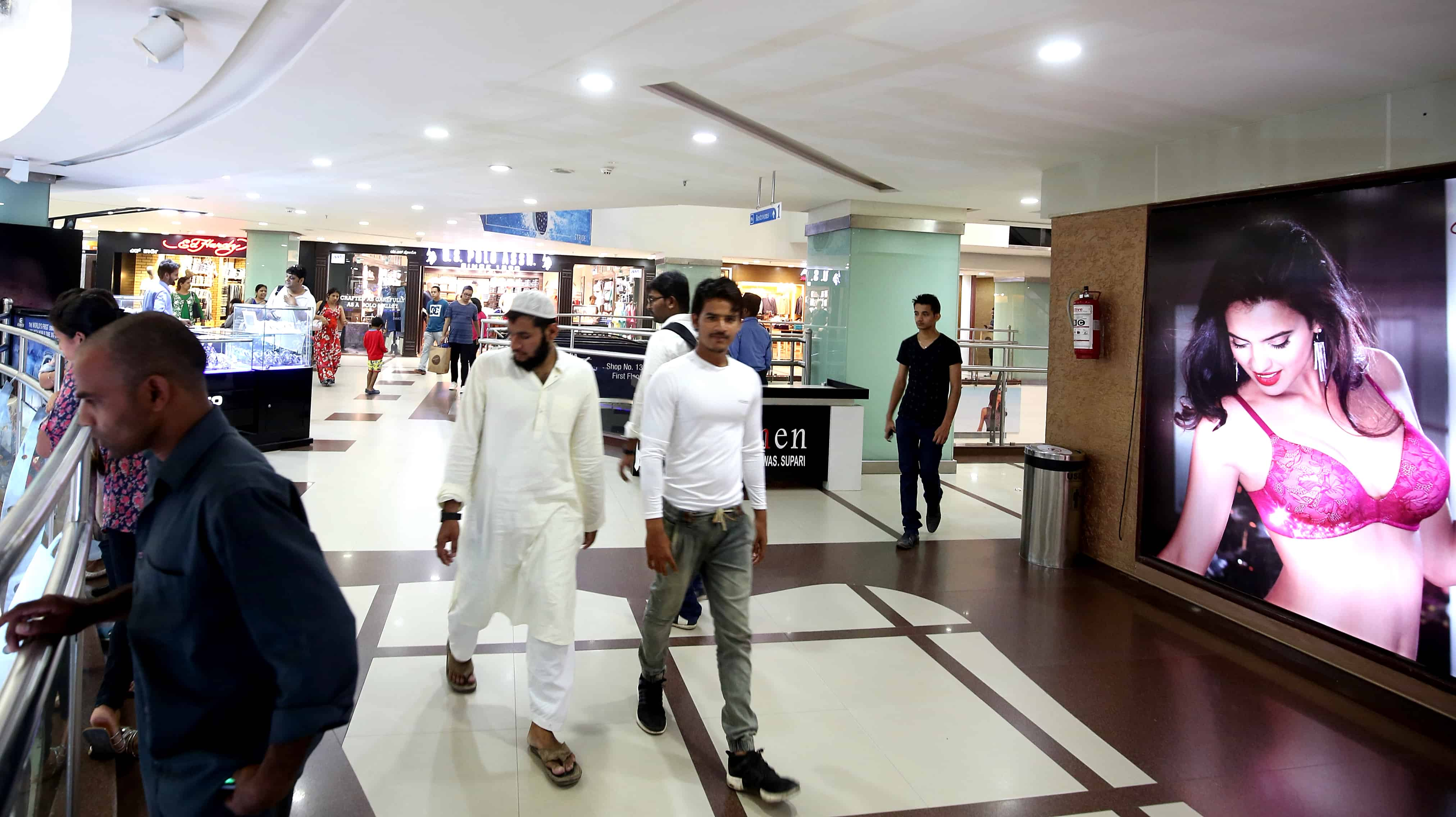Mensen van allerlei culturen lopen door een winkelcentrum in Bangalore.