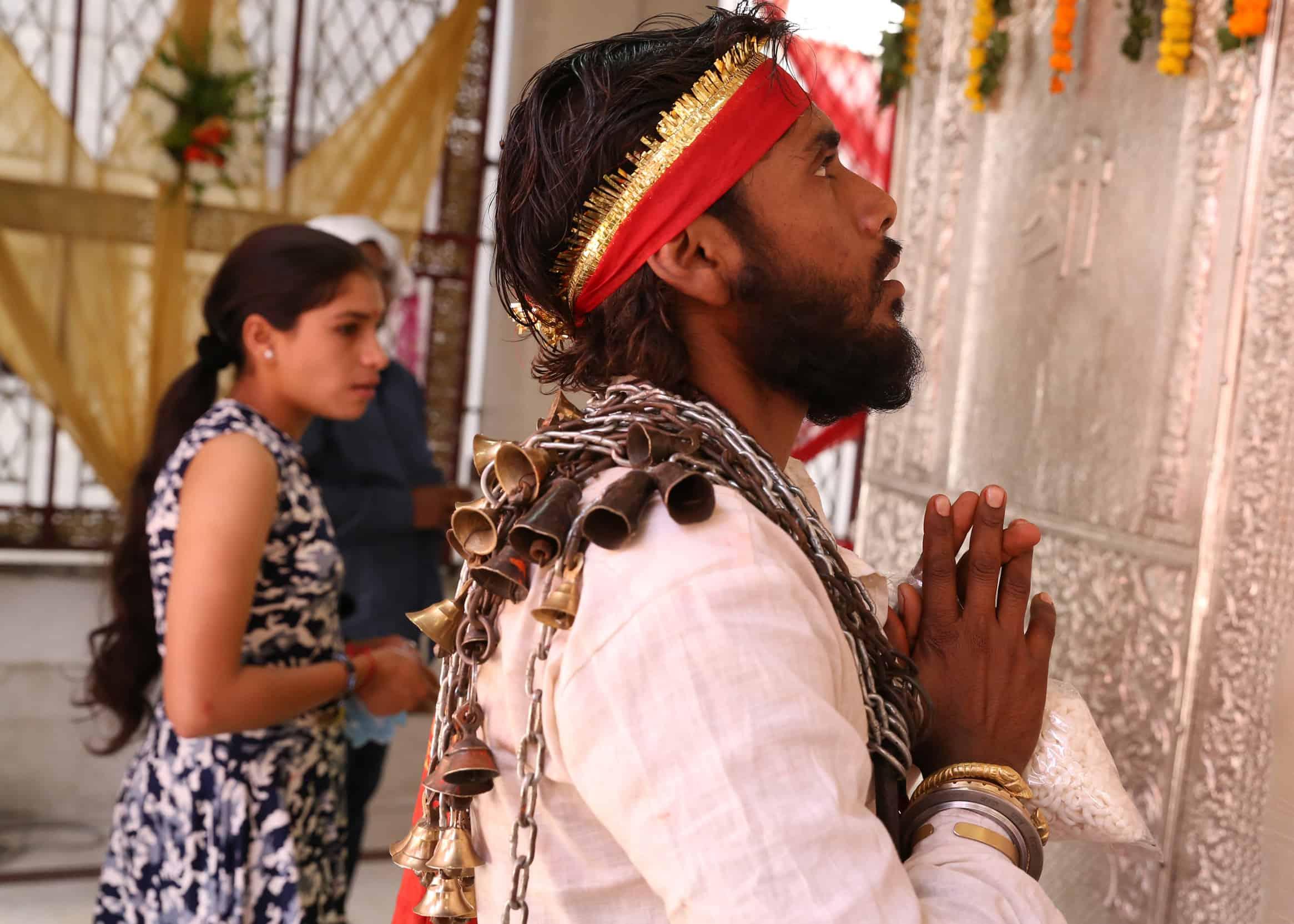 Een Indiër plaats al biddend de handen tegen elkaar.