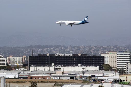 Étrange phénomène à l'aéroport de Los Angeles: des hommes en jetpack se mêlent aux avions dans les airs