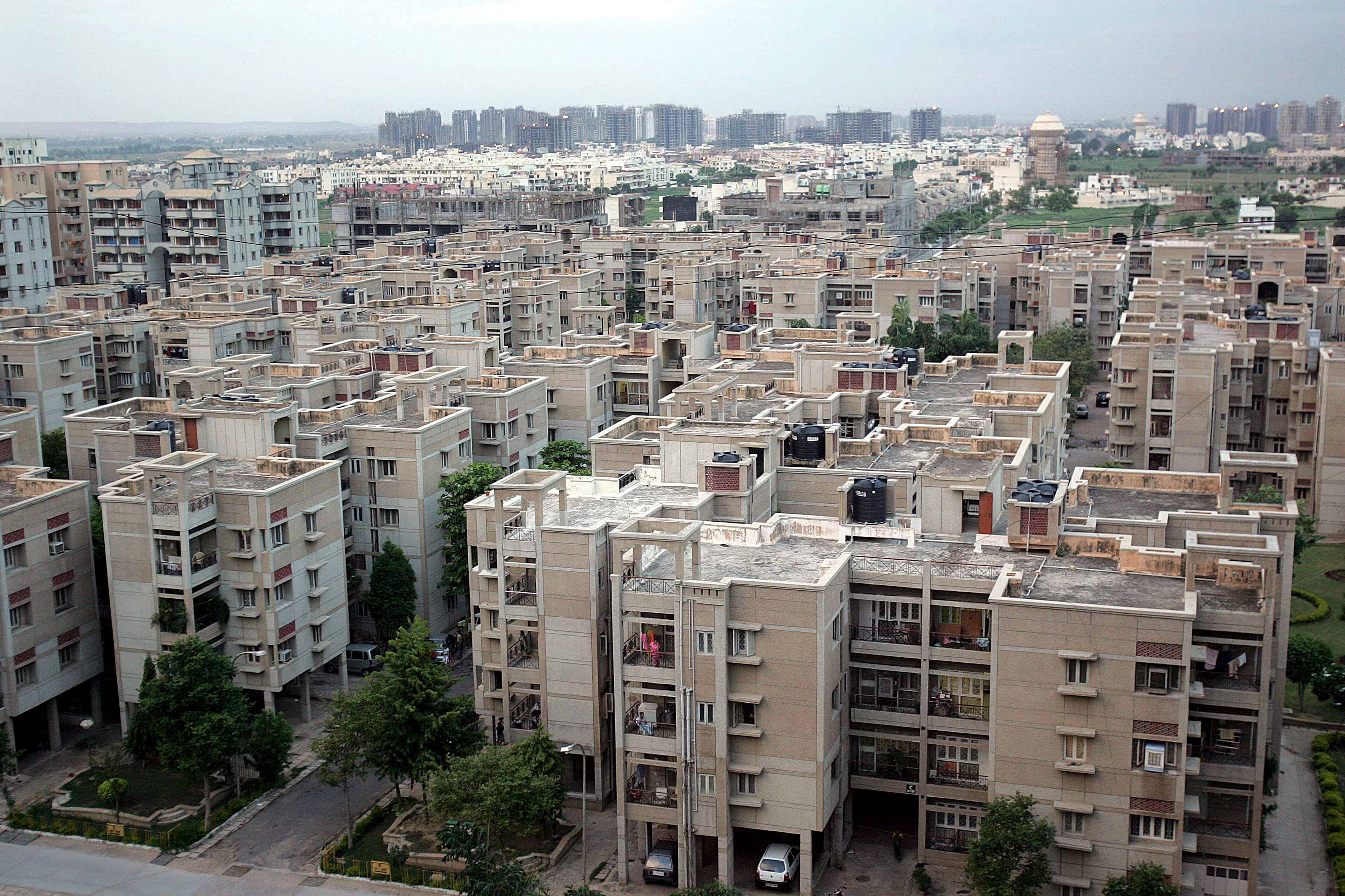 Een luchtbeeld van flatgebouwen in India.