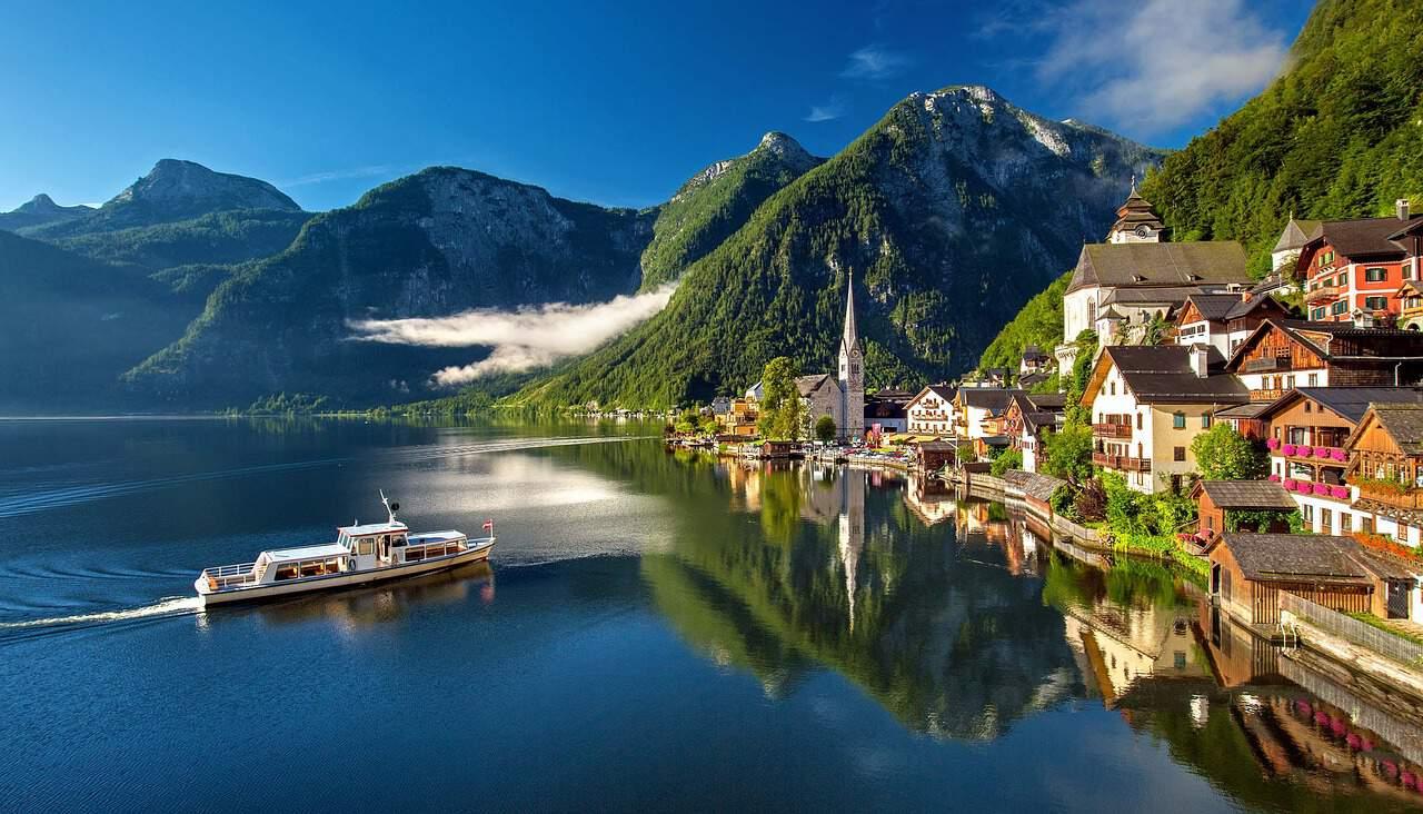 Een boot vaart over een meer nabij de Oostenrijkse stad Hallstätt
