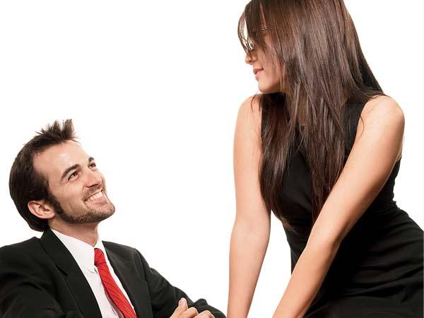 Heb jij een sexy collega? Probeer deze 8 flirttips