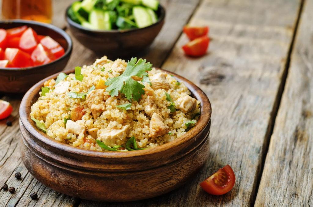 RECEPT Heerlijke quinoa met avocado, kipfilet en pijnboompitjes