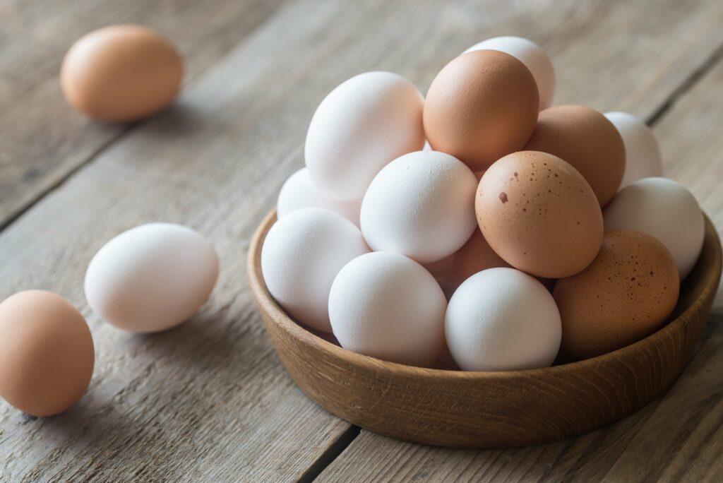 Het verschil tussen witte en bruine eieren