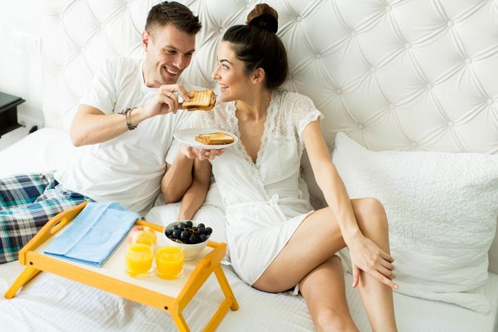 Hoe zorg je ervoor dat je vriend zijn romantische kant laat zien?