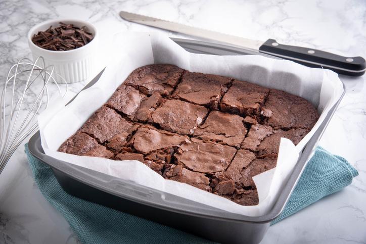 RECEPT Nog een hoop paaseieren over? Verwerk ze in deze brownie (en probeer er dan maar eens af te blijven!)