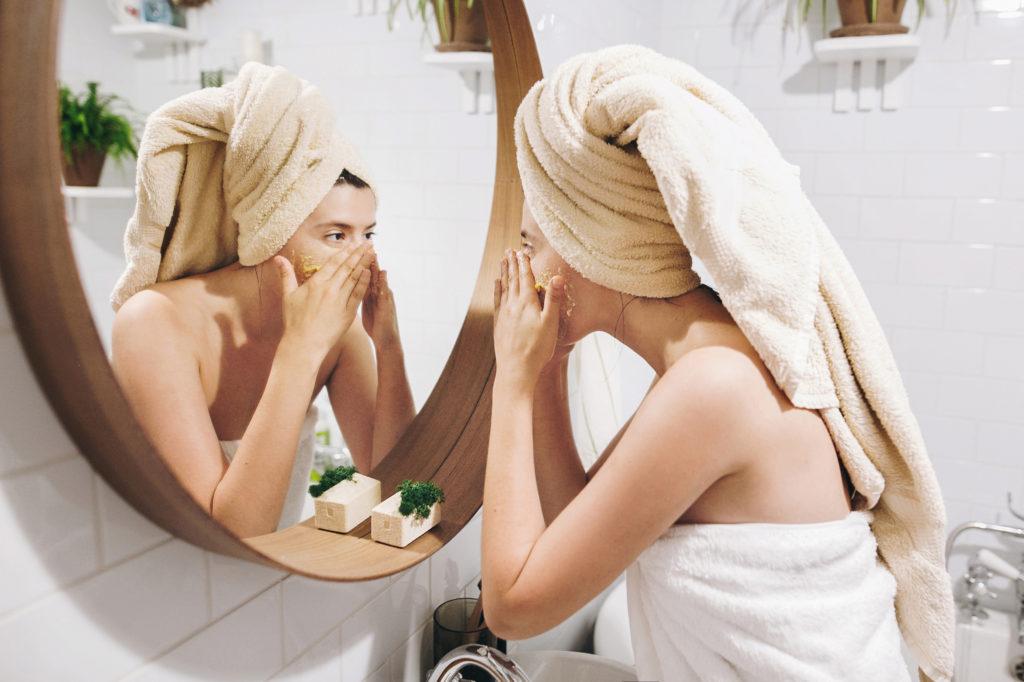 Een huid die lijdt aan acne? Zo ziet je dagdagelijkse verzorging eruit