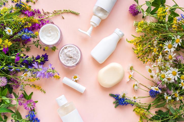 Weet wat je smeert: wanneer  spreek je van biologische beautyproducten + onze favoriete groene merken en innovaties
