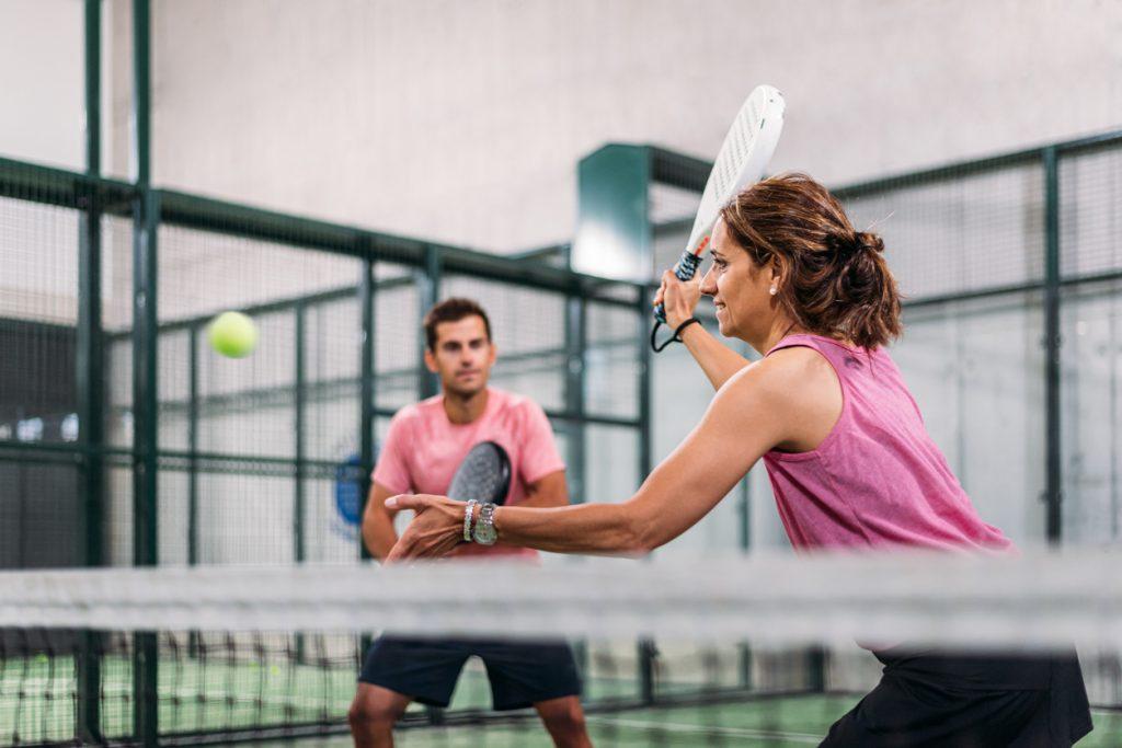 Dé sporthype van 2021: waarom is padel zo populair + is het ook iets voor jou?!