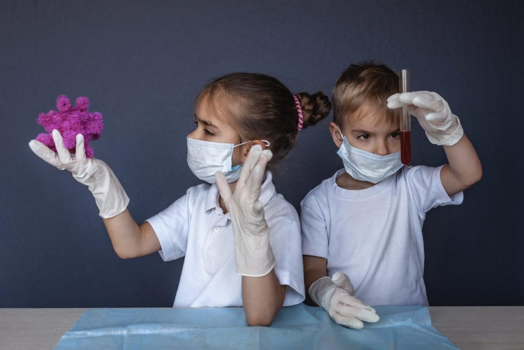 Welke rol spelen kinderen bij de verspreiding van Covid-19? En waarom worden ze er niet erg ziek van?