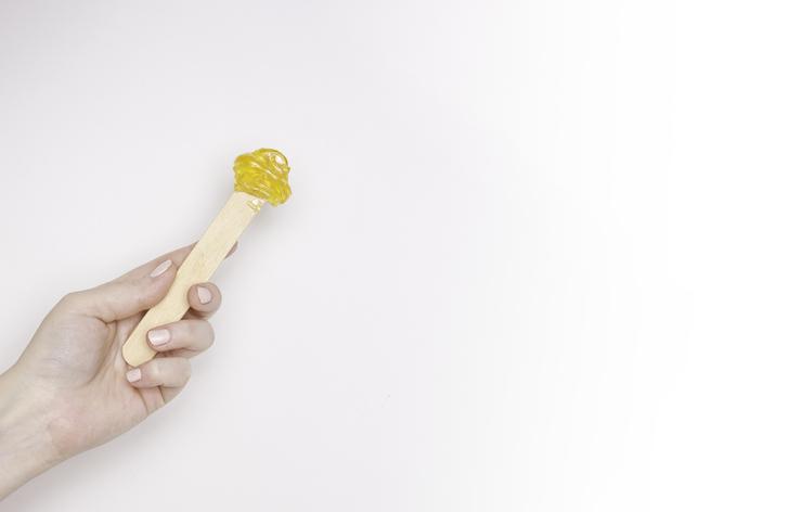 Sugar waxing: de schoonheidsspecialiste legt uit wat het is en waarom het beter is dan ontharen met gewone was