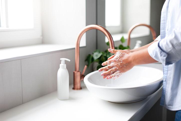 Minstens 20 seconden en niet met Dettol: de dermatoloog geeft 6 tips om je handen écht goed te wassen