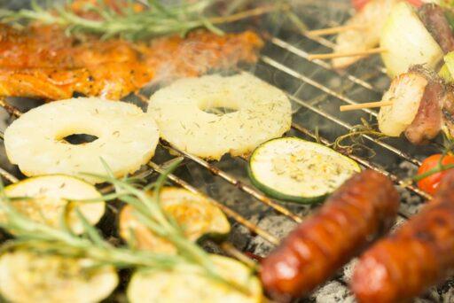 Lekker-en-origineel-pakje-van-ananas-en-zalm-op-de-BBQ