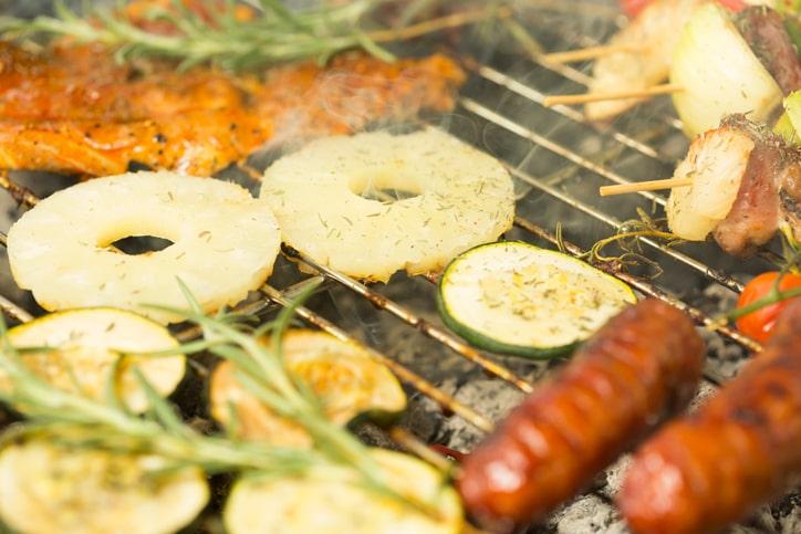 Lekker en origineel: pakje van ananas en zalm op de BBQ