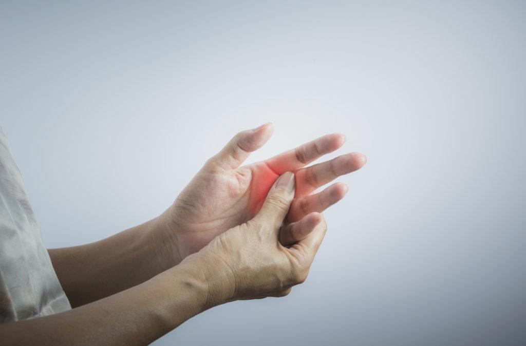 Pijn in de vingers: wat kan je doen?