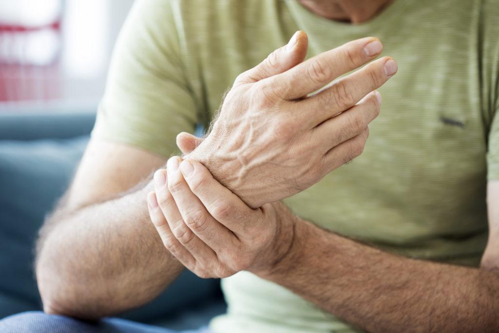 Een gewrichtsontsteking herken je aan deze 5 klassieke symptomen