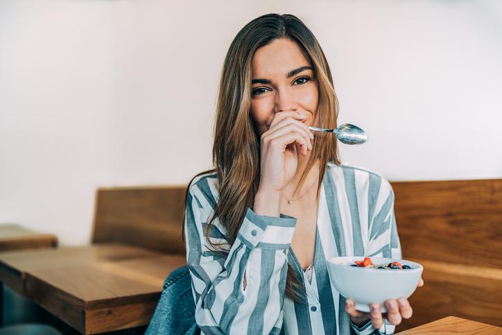 De diëtiste tipt 16 gezonde tussendoortjes (zodat je straks niét naar de koeken grijpt!)