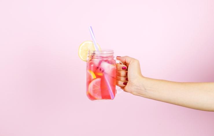 Zo wordt anderhalve liter drinken poepsimpel: 9 manieren om je water te pimpen