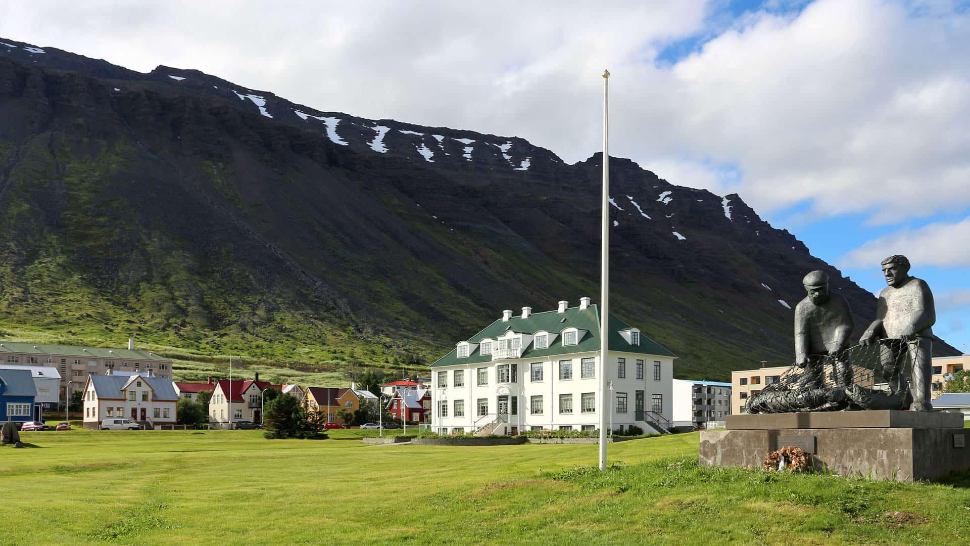 Een wit gebouw in het IJslandse dorpje Isafjördur.
