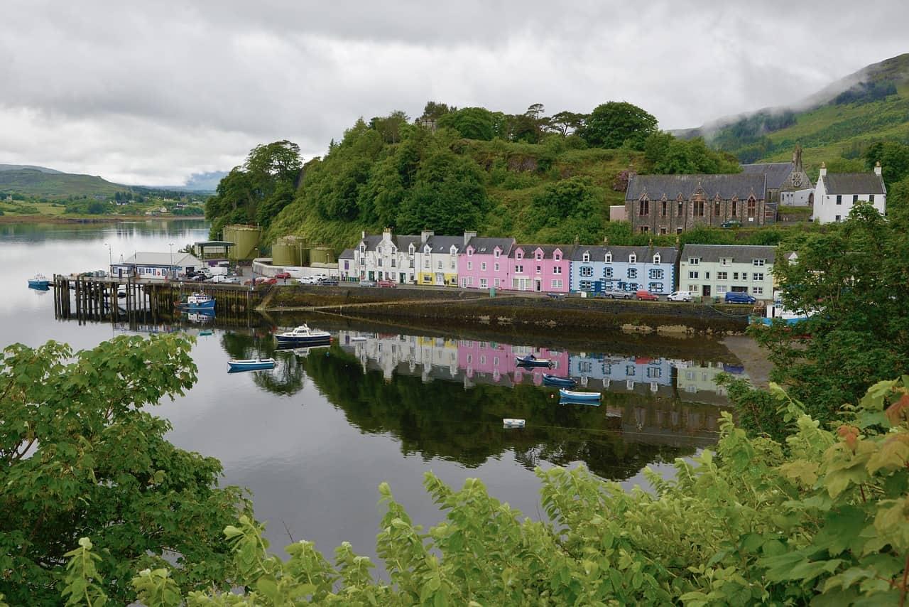 Gekleurde huisjes aan het water in het Schotse stadje Portree