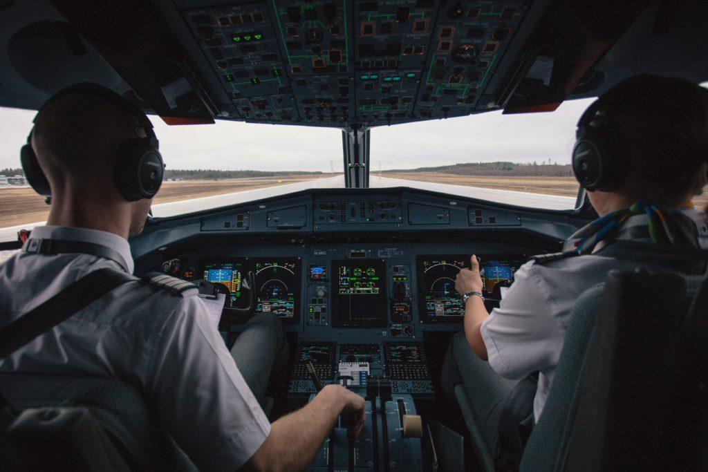 Un pilote et un co-pilote aux commandes d'un avion